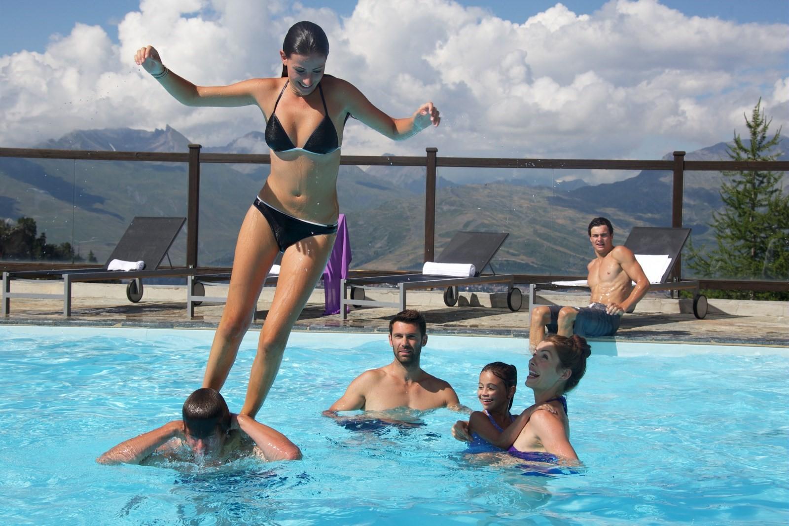 montagne : piscine en famille dans les Alpes