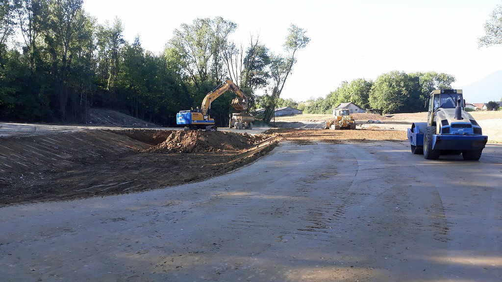 Elévation de la digue et creusement du bassin