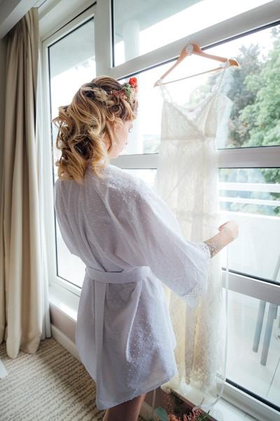 Kimono court blanc, plumetis de coton et dentelle ancienne du Puy