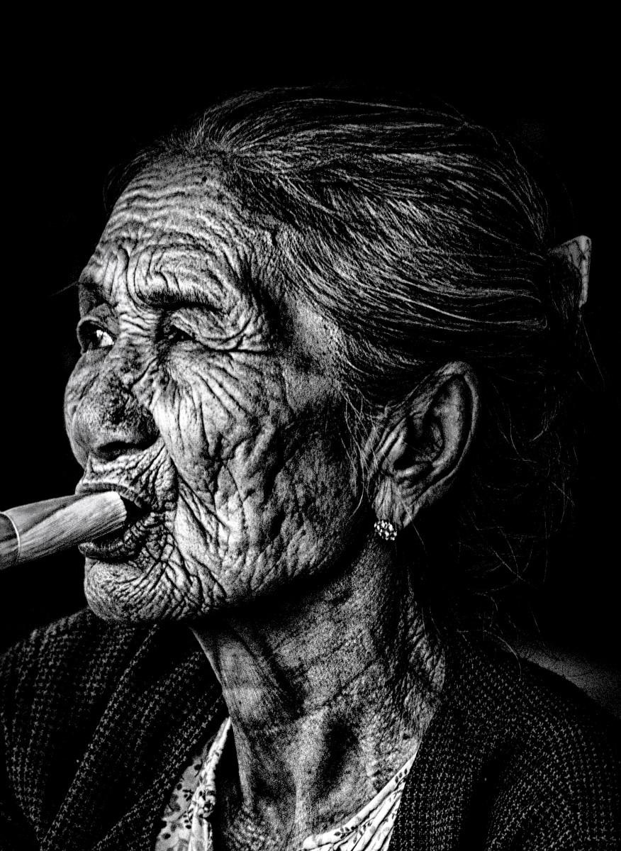 Portrait - Cubaine fumant cigare