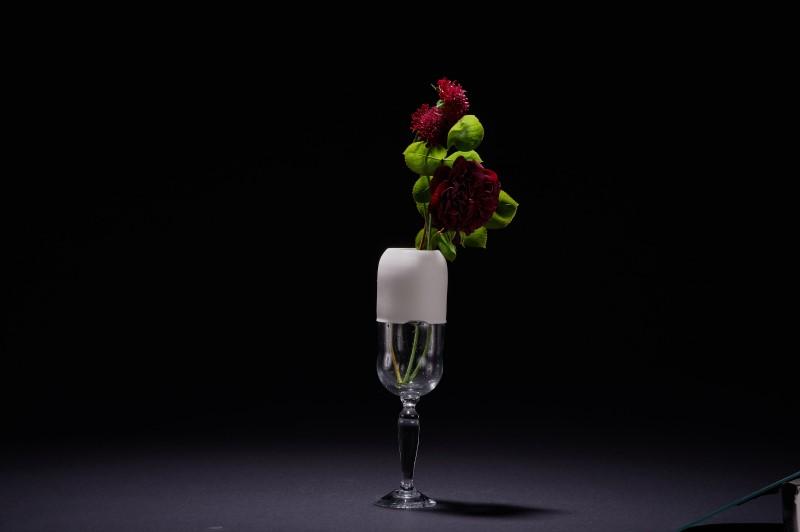 Vase en porcelaine sur verre à pied soufflé
