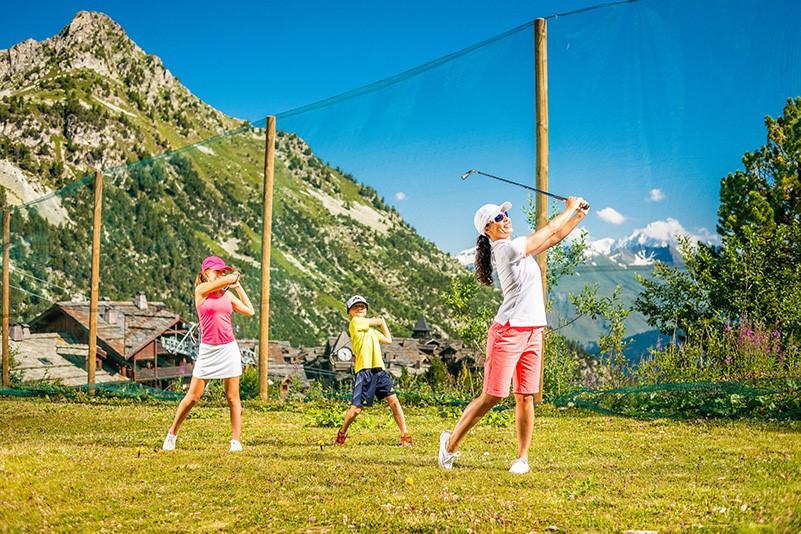 golf practice arc 1950 mont-blanc nature calme sport enfant parent adulte séjour montagne été