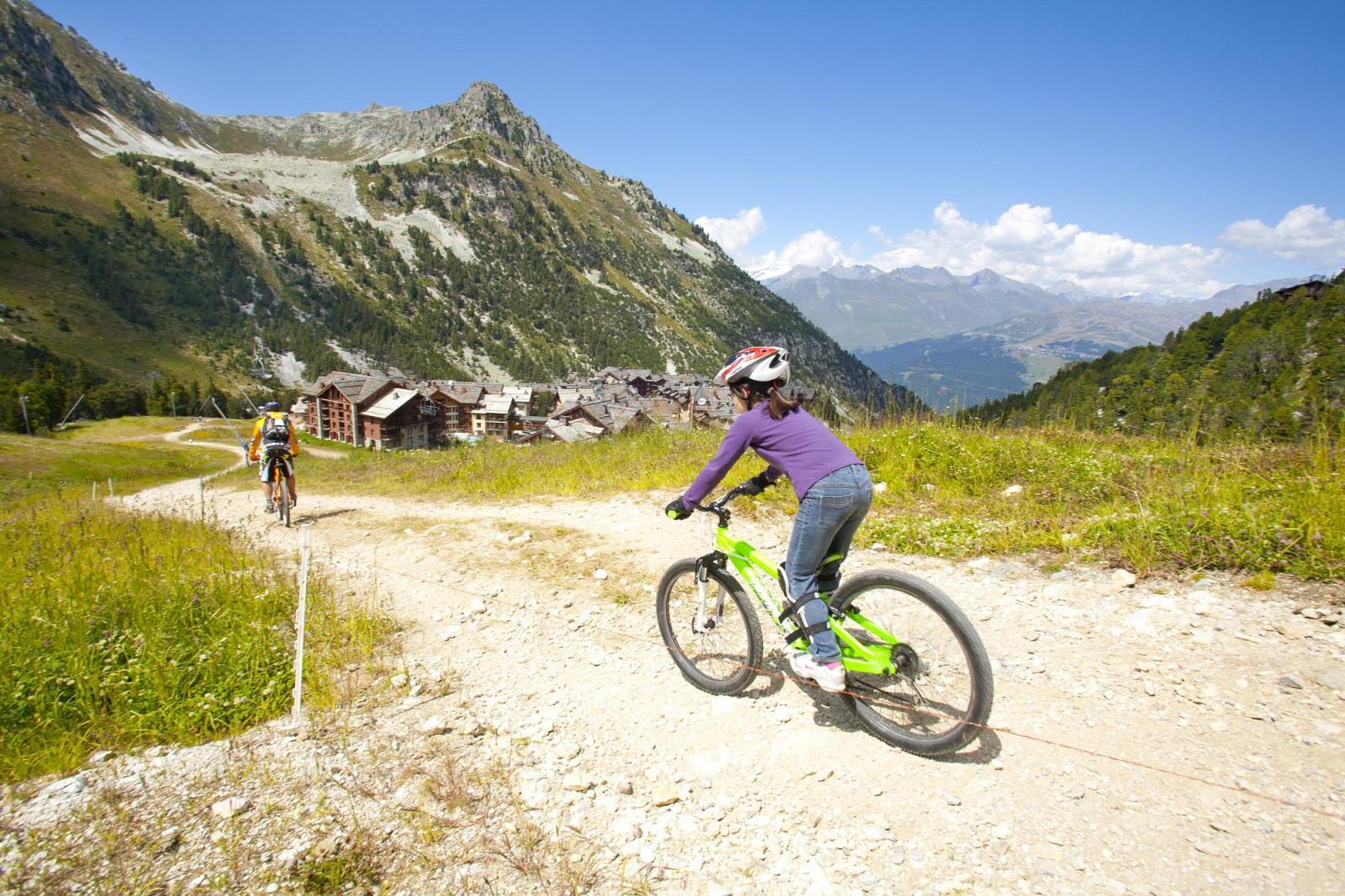 Descente en VTT en Savoie à Arc 1950 Le Village