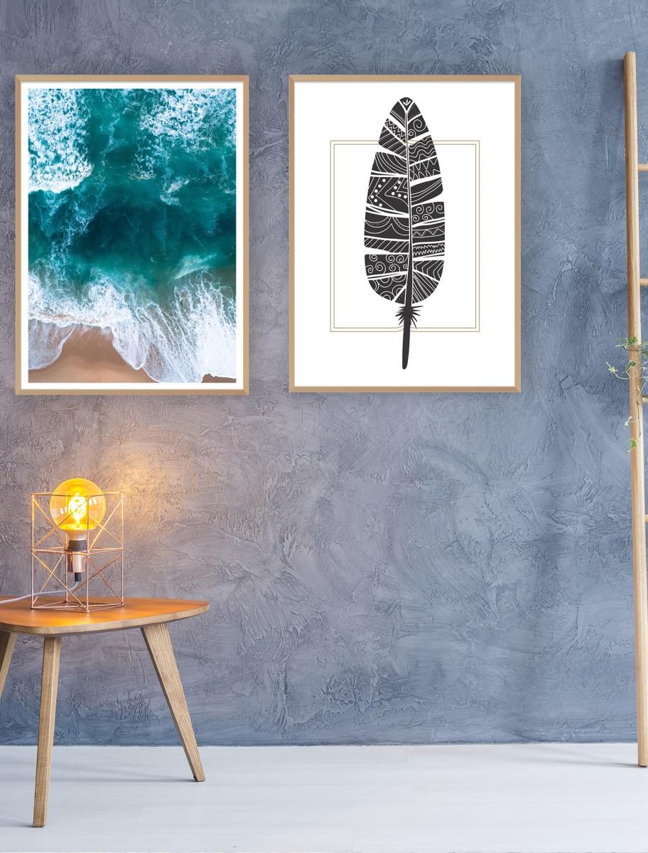 Séjour - Duo de cadres bois sur un mur gris