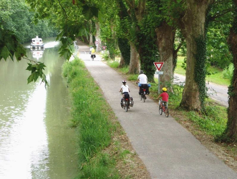 Cyclists along the canal|Evazio