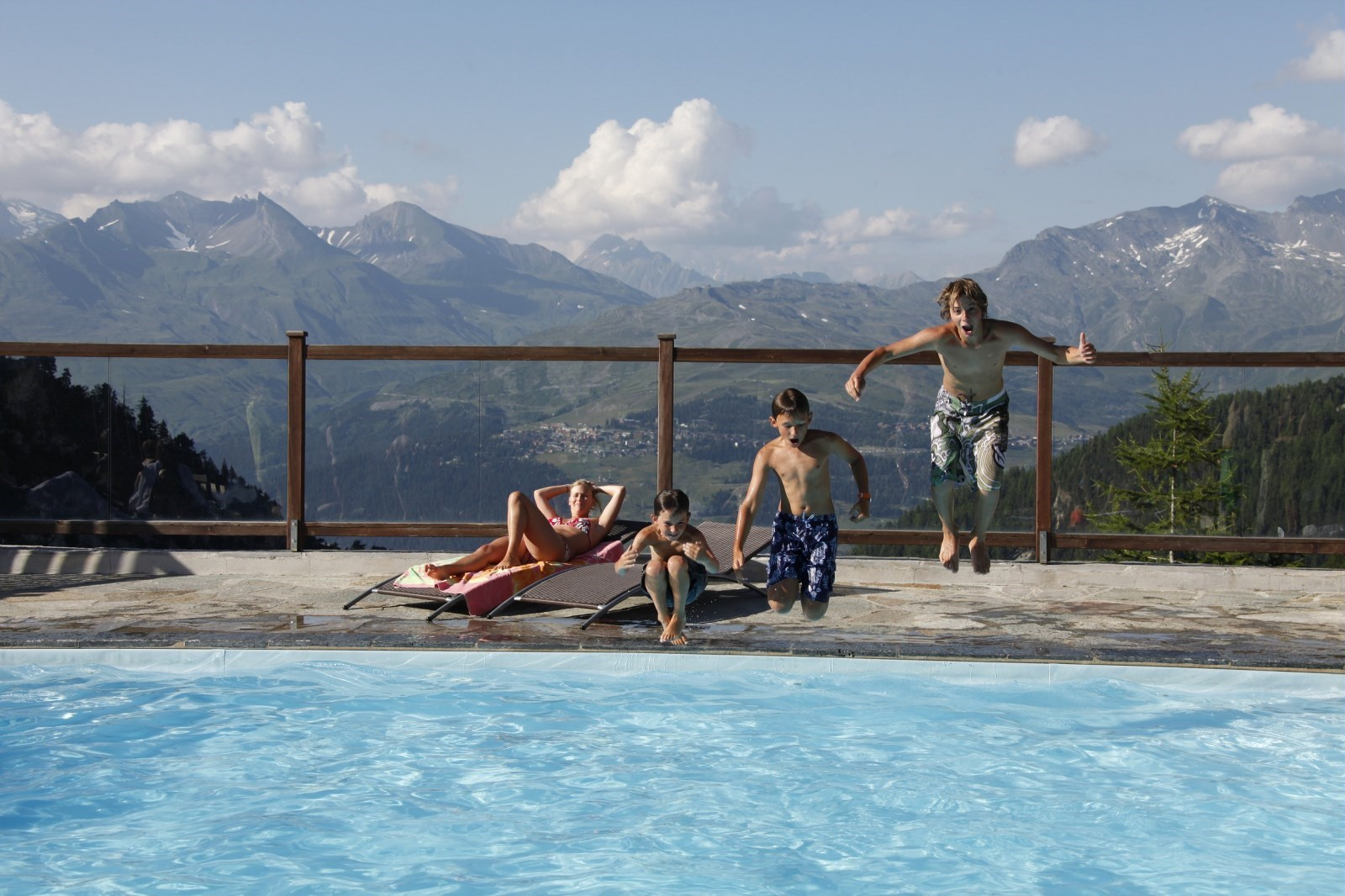 wellbeing areas in Les Arcs - pools facing Mont Blanc