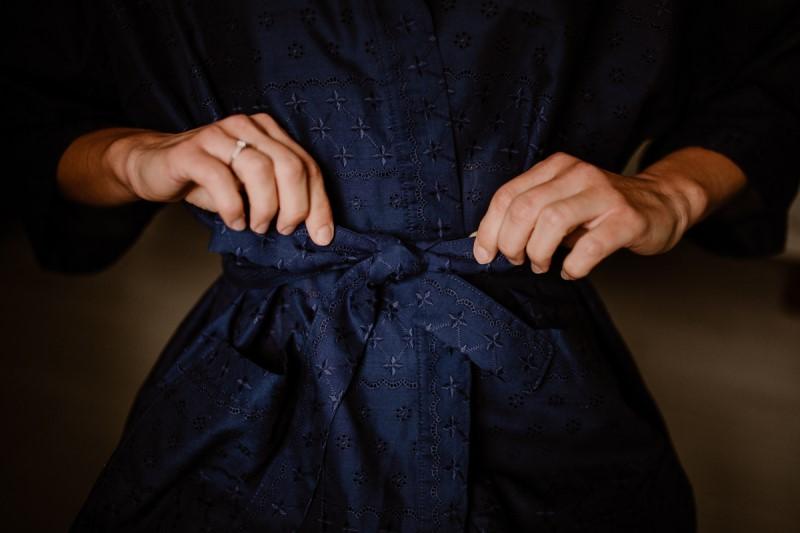 Kimono court bleu nuit, broderie anglaise