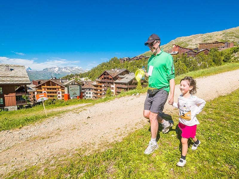 Famille trail parent enfant randonnée arc 1950 séjour vacances montagne